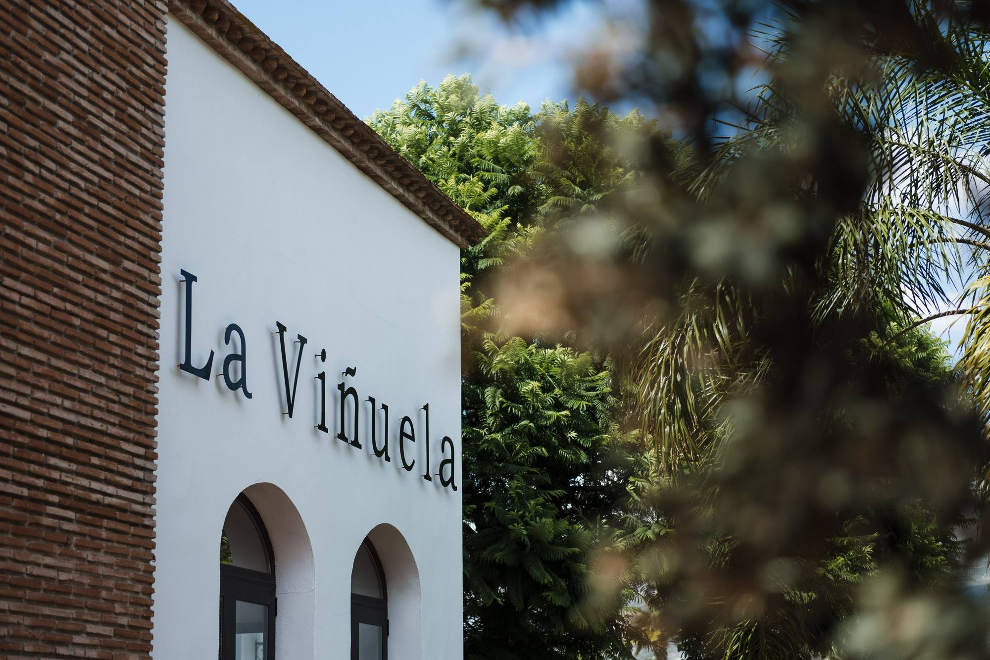 la vinuela sign at the front of the hotel